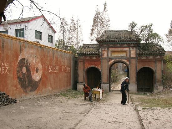 Taihun Taoist Temple: The gate into the village from the temple complex