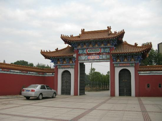Taihun Taoist Temple: Gate from the road into the temple complex