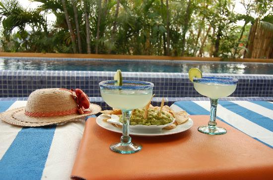 La Quinta Troppo: Margaritas and guacamole by the pool