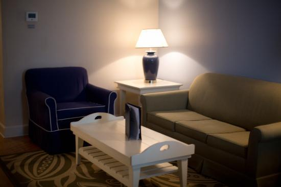 Hotel Indigo Sarasota: nice seating area with pull out bed