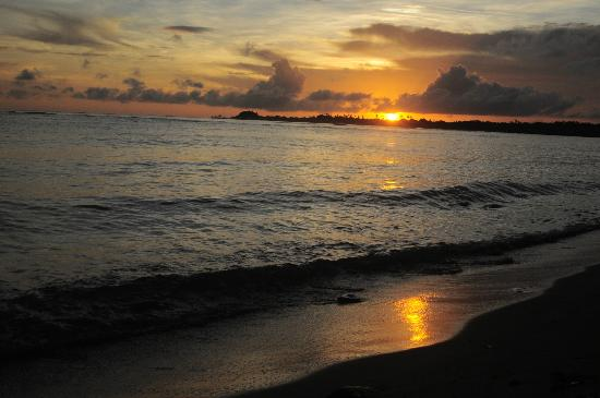 Vacations Beach Fales: view of the sunrise from the beach