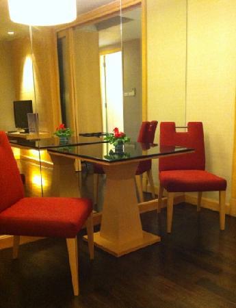 Sukhumvit 12 Bangkok Hotel & Suites: biz suite - dining area
