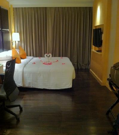 Sukhumvit 12 Bangkok Hotel & Suites: biz suite - another plasma tv in bedroom