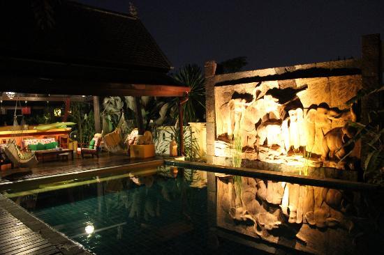 Dreamcatchers B&B: Nightime shot of the glorious pool