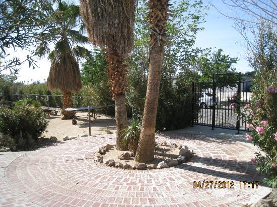 Sunnyvale Garden Suites Hotel - Joshua Tree National Park: park like landscaping