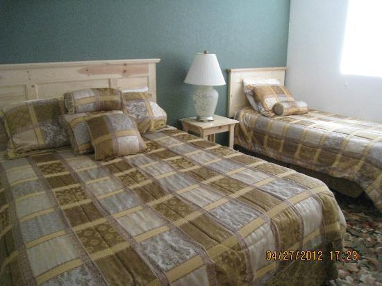 Sunnyvale Garden Suites Hotel - Joshua Tree National Park: bedroom suite