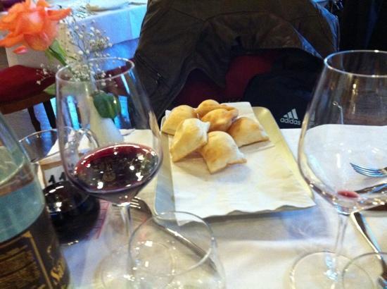 """Castell'Arquato, Italia: il """"gnocco fritto"""" piacentino da mangiare con i salumi..."""