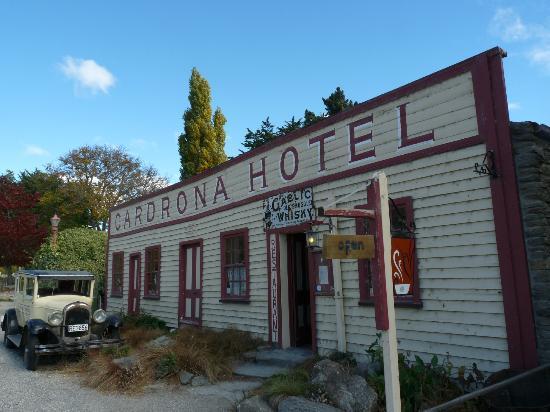 Cardrona Hotel: The famous exterior of the Cardona Hotel