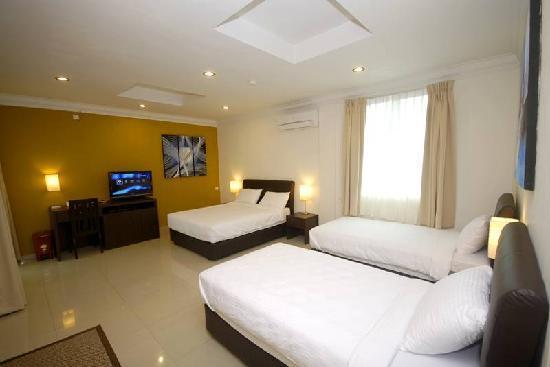 Tioman Dive Resort : Deluxe Quad room - 1 Queen and 2 Super Single Beds