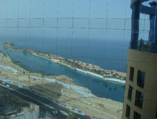 Rosewood Jeddah: Mirror glass viw of the oggin