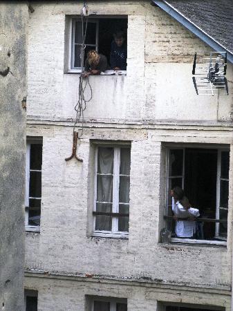 La Petite Folie : Dalla finestra, scene di vita