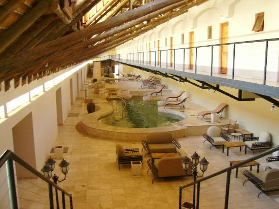 Ai-Ais Hot Springs Resort : Indoor pool with rooms to left and right