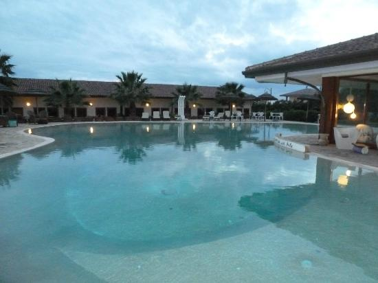 Heracles Village Hotel: Une immense piscine