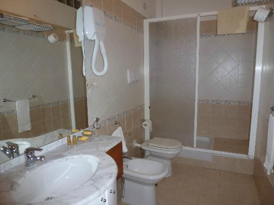 Heracles Village Hotel: La salle de bain