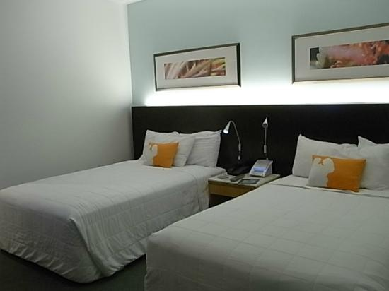 Waikiki Parc Hotel: 部屋はシンプル ベッドサイドテーブル上のカードはシーツ交換の意思表示を示すものなので、新しく交換して貰いたい時は忘れずにベッドの上に置きましょう。