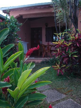 Hotel Au 'Ti Sucrier: vue de la terrasse de notre studio depuis le jardin