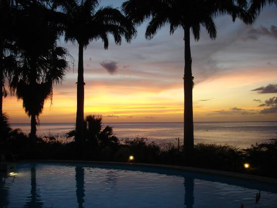 Hotel Au 'Ti Sucrier: coucher de soleil depuis la piscine de l'hotel