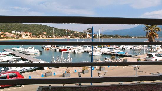 Hotel le Golfe : le petit port de Porto Pollo vu de puis la chambre