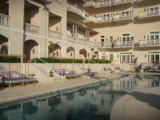 Tuckers Point Club Golf Villas: Blick vom Poolseite zu den Zimmern sowie Daybed, gehört zu den Zimmern