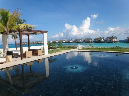Jumeirah Vittaveli : the view from the Kids club pool
