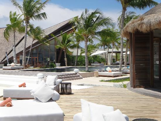 Jumeirah Vittaveli : view from the bar to the main pool and the all day dining restaurant