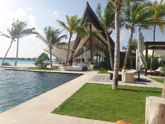 Jumeirah Vittaveli : main pool with the all day dining restaurant in the background