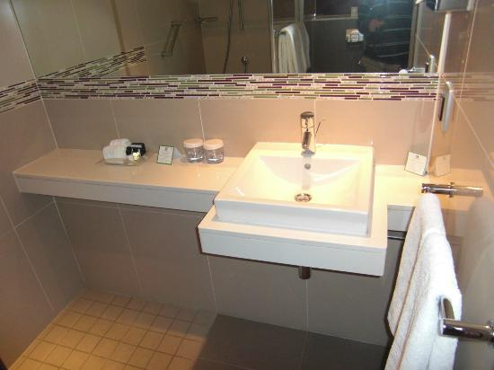Holiday Inn Johannesburg-Rosebank: view of bathroom