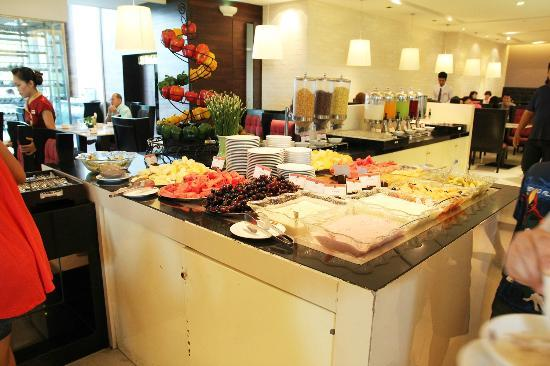 The Zign Hotel: Buffet line