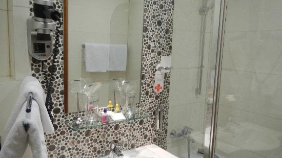 Hotel Centar : Modern bathroom