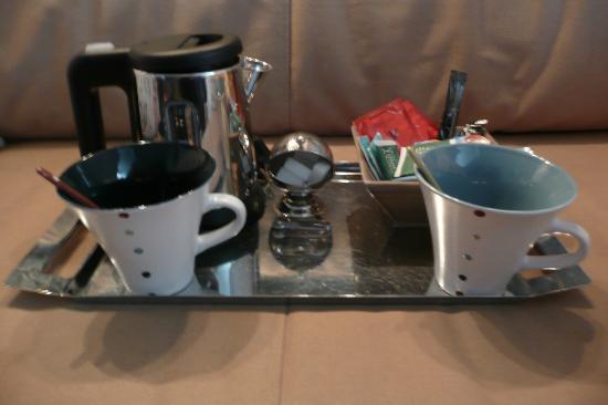 Les Toits de Paris : Tea and coffee supplies
