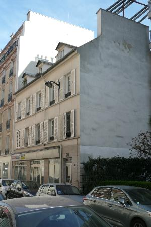 Les Toits de Paris : Outside view of B&B building
