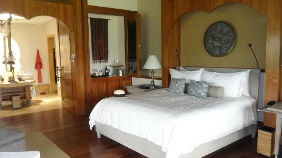 Four Seasons Resort Langkawi, Malaysia: The our huge bed