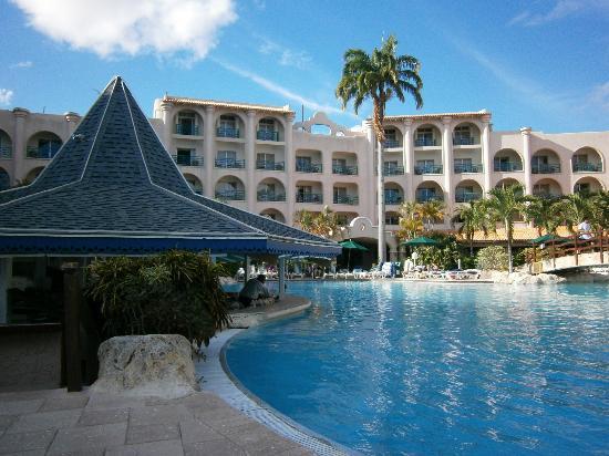 Accra Beach Hotel & Spa: Pool and swim up bar