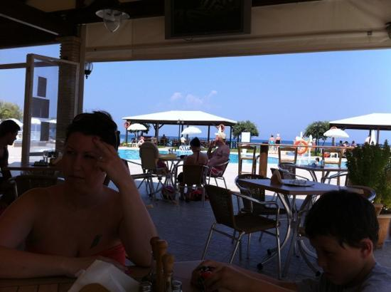 Alykanas Beach Apart-Hotel: relaxing in the shade waiting for the fantastic cooked breakfast