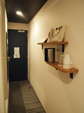 8hotel: 部屋から玄関を撮影
