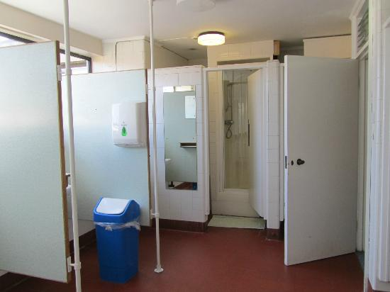 Magdalen College Accommodation: communal bathroom