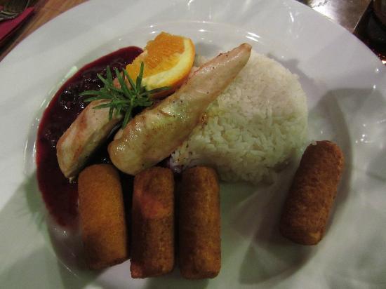 Old Street Cafe: Pollo grigliato ai mirtilli con riso e crocchette