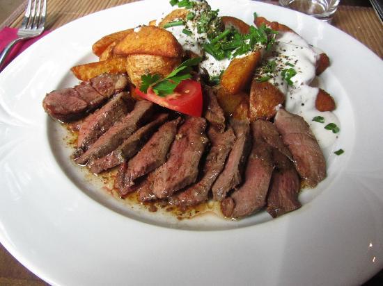 Old Street Cafe: Anatra arrosto con patate e salsa all'erba cipollina