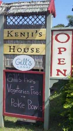 Gill's Lanai: Can't miss their cute green building and covered lanai