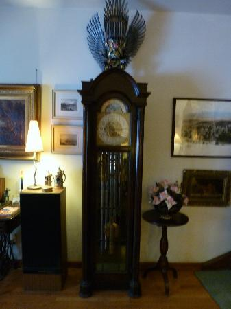 Seventh Street B&B: we loved the grandfather clock