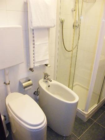doccia comoda e efficiente come tutto il resto a parte wc w bidet foto di le petit hotel. Black Bedroom Furniture Sets. Home Design Ideas