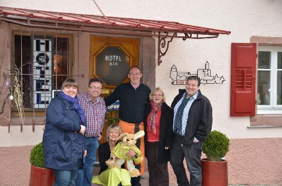 Hotel Haut-Koenigsbourg: Wir 4 mit unseren tollen Gastgebern