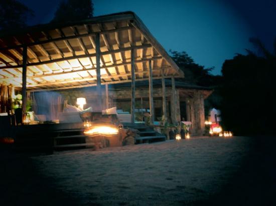 Kaya Mawa : lanterns at dusk in the lounge