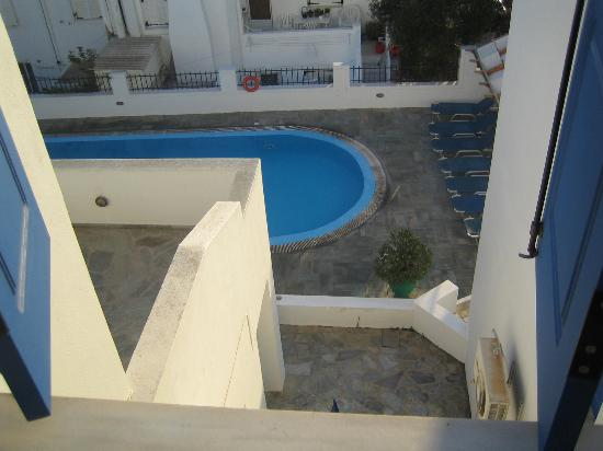Nissos Thira Hotel: View of the pool from my terrace