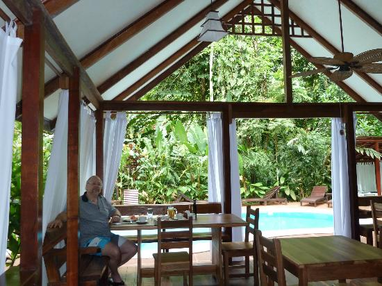 Namuwoki Lodge: Breakfast Dining looking out on pool