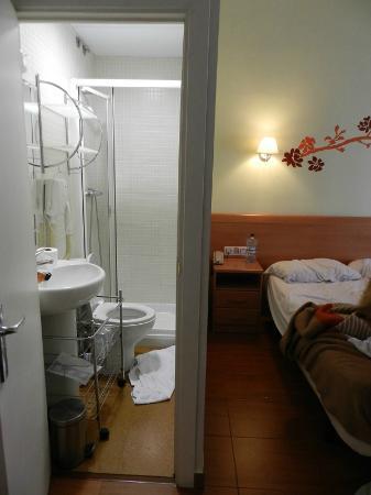 Hostal Gran Via 63 Rooms: il minuscolo bagno