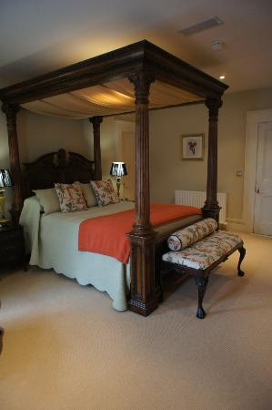 Ballyseede Castle: loved this bed!