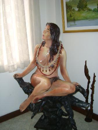 Hotel Maranon: Tiene esculturas y pinturas