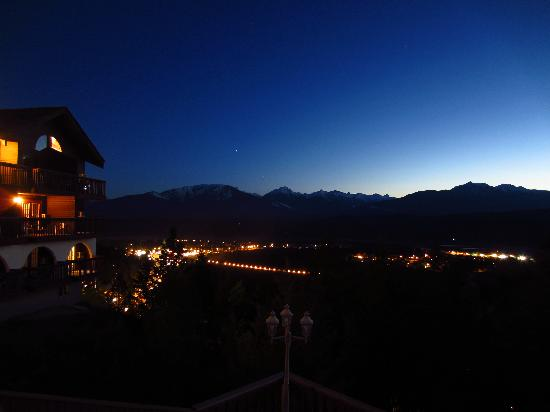 Rocky Mountain Springs Lodge and Restaurant: View of the valley at night