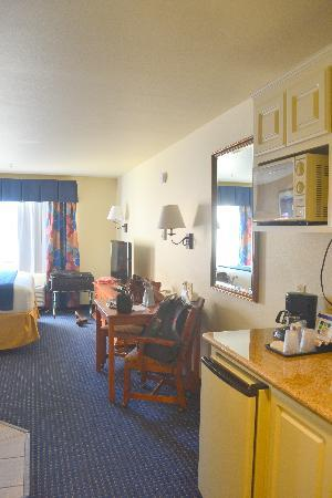 Holiday Inn Express & Suites: Wet bar and table with chairs